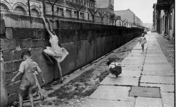 cartier_bresson_the_berlin_wall_west_berlin_west_germany